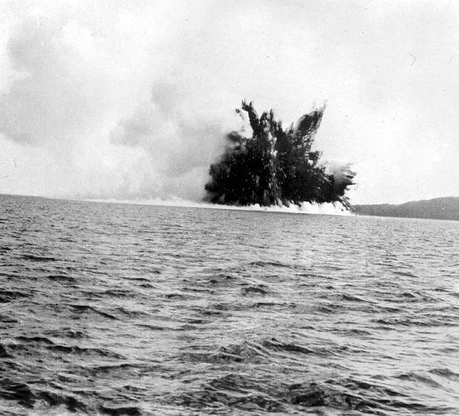 1928 u 662px-COLLECTIE_TROPENMUSEUM_Uitbarsting_van_de_Krakatau_TMnr_10004017