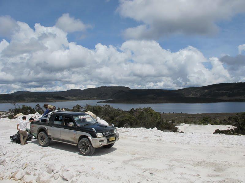 2011-11-28-vehicle-at-lake-habbema