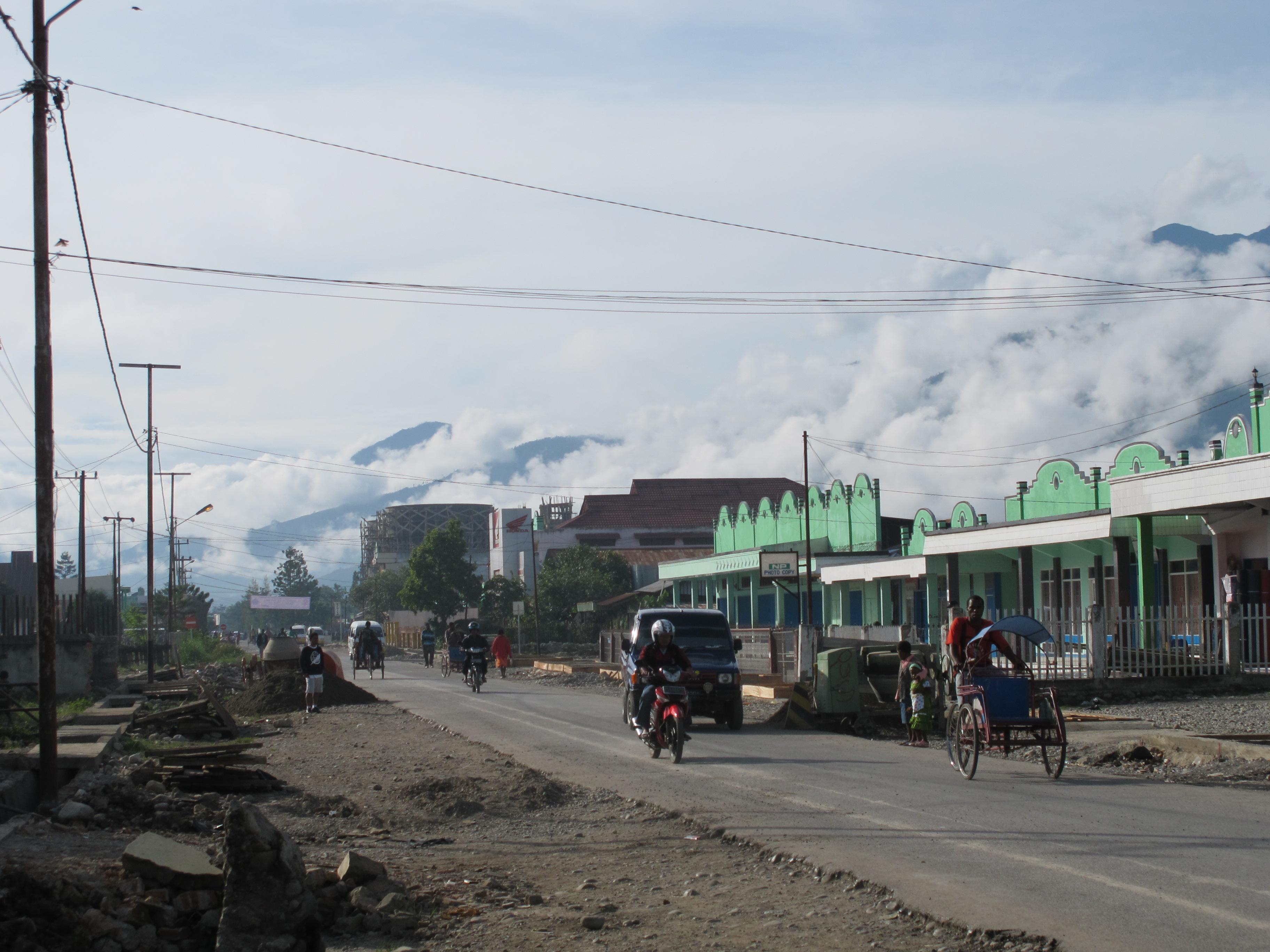 28 Nov 2010 Traffic on Jalan Trikora, Wamena