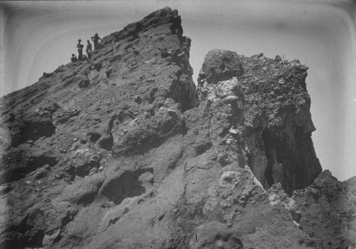 1910-1930 u COLLECTIE_TROPENMUSEUM_Oost-Java_rotsformatie_op_de_Raoeng-vulkaan_de_Apostelkop_genoemd_TMnr_60020467