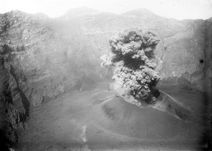 1913 un COLLECTIE_TROPENMUSEUM_Eruptie_van_de_vulkaan_Raung_Ijen-plateau_TMnr_10024230