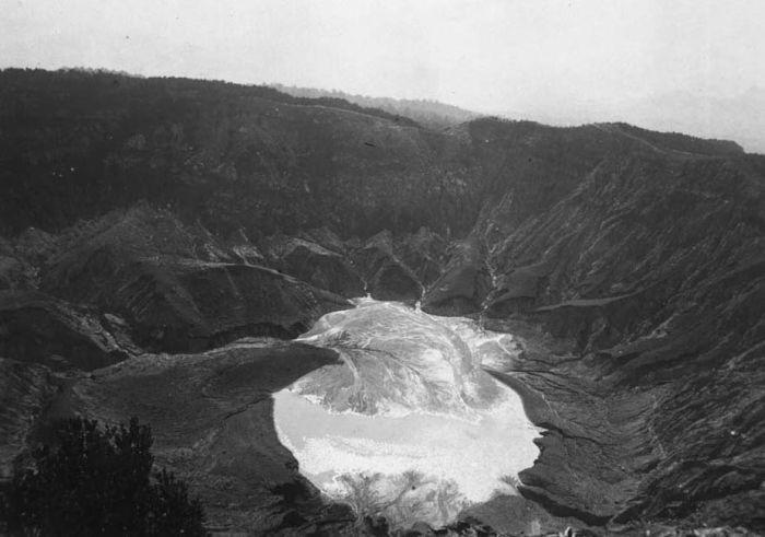 1916 un COLLECTIE_TROPENMUSEUM_De_vulkaan_Tangkoebanprahoe_met_kratermeer_West-Java_TMnr_60020267