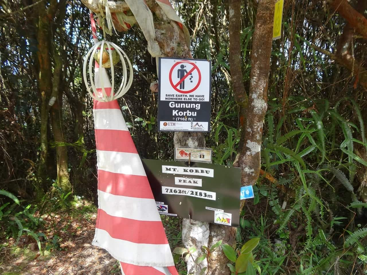 13 The summit signs and flag on the top of gunung Korbu