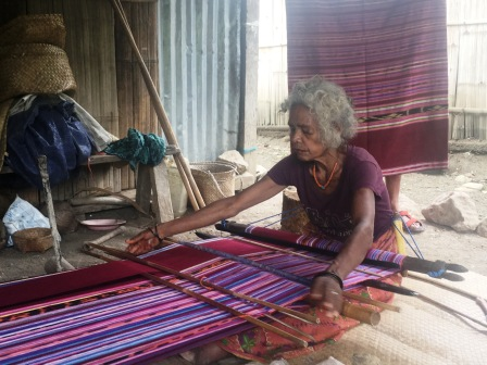 Weaving traditional Timorese tais in village near Ossu (Nicholas Hughes, July 2018)