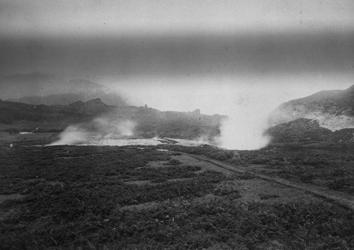 COLLECTIE_TROPENMUSEUM_Kawah_Sikidang_op_het_Dijeng-plateau_TMnr_60027341_1870_1900