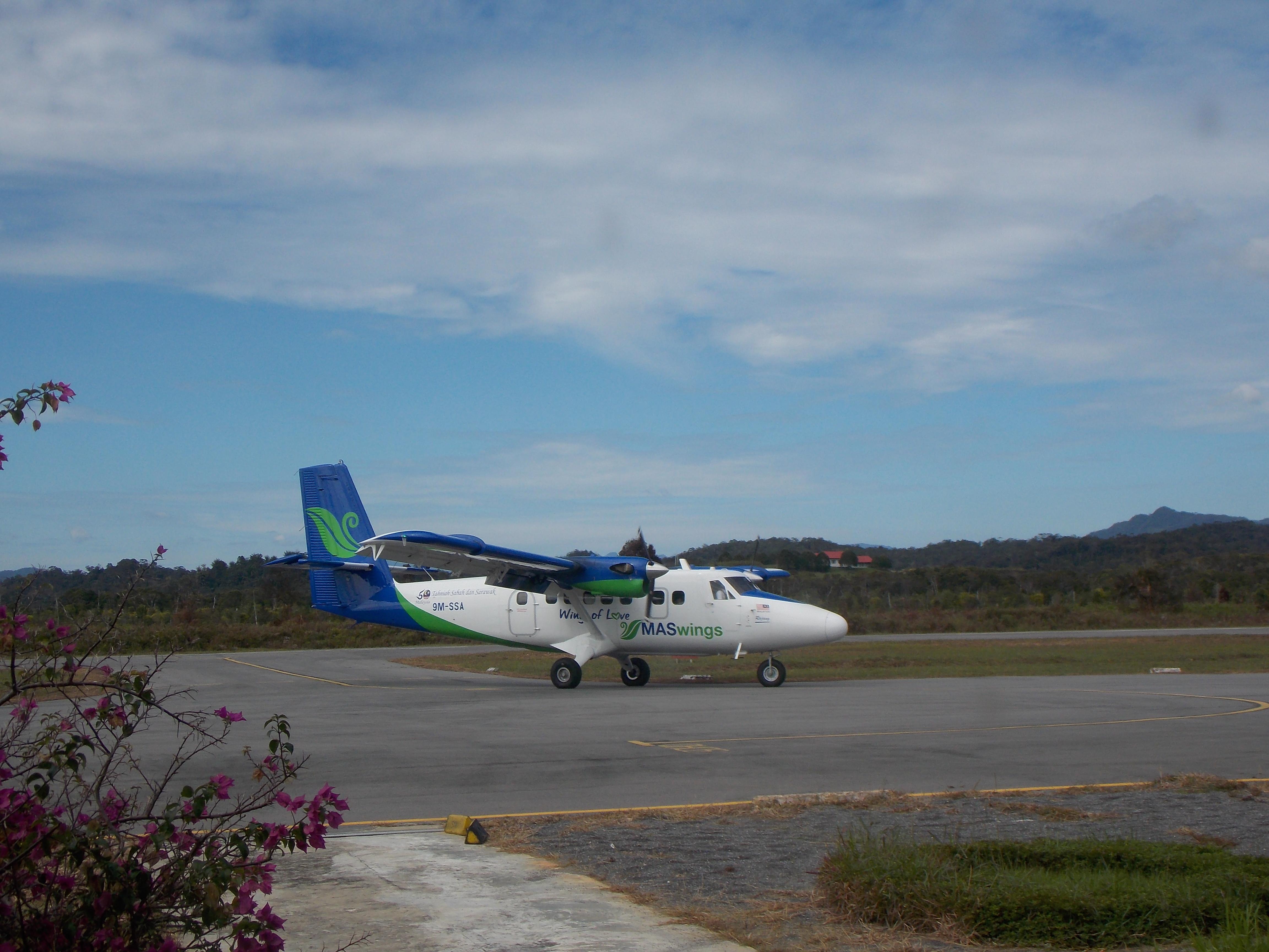 196-prop-plane-at-bario-airport
