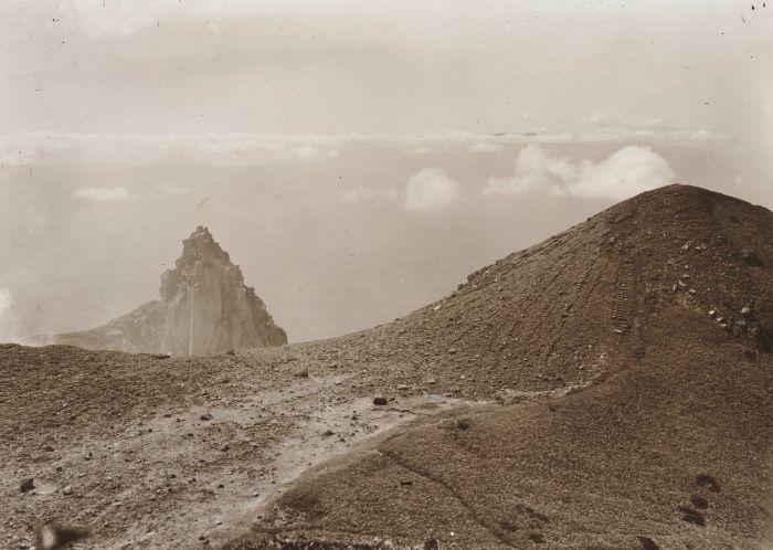 1920-25 u COLLECTIE_TROPENMUSEUM_Op_de_vulkaan_Sinaboeng_Karolanden_Sumatra`s_Oostkust_TMnr_60012278