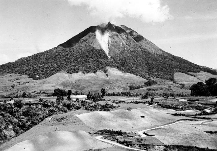 1920-40 u COLLECTIE_TROPENMUSEUM_Gezicht_op_de_vulkaan_Sinabung_TMnr_10018069