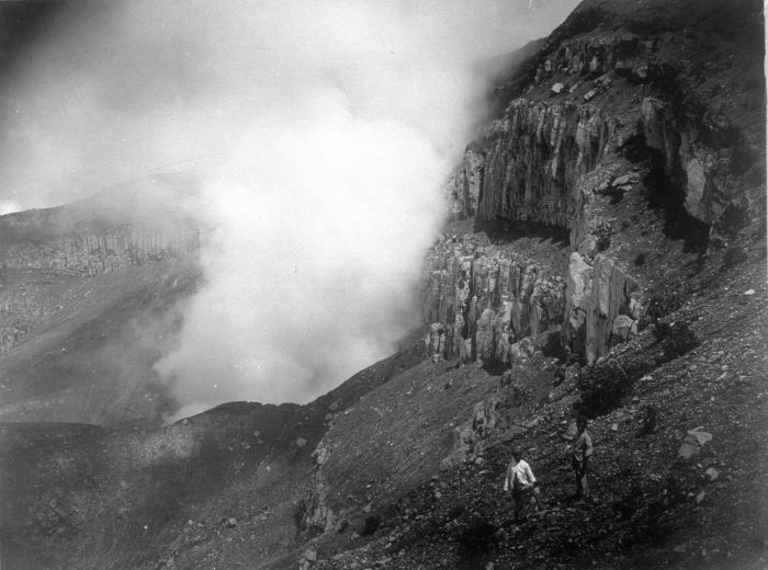 1890 unkn COLLECTIE_TROPENMUSEUM_Zwaveldamp_in_een_krater_waarschijnlijk_de_Gunung_Slamat_op_Midden_Java_TMnr_60009675