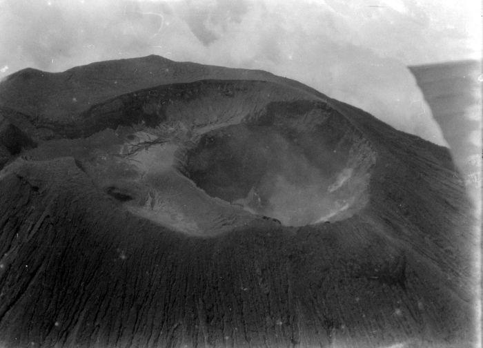 1929 Dr. W.G.N. (Wicher Gosen Nicolaas) van der Sleen COLLECTIE_TROPENMUSEUM_Luchtfoto_van_de_krater_van_de_vulkaan_Slamat