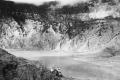 1915-18 u COLLECTIE_TROPENMUSEUM_Vulkaan_Tangkoebanprahoe_drie_mannen_poseren_bij_de_krater_Oepas_TMnr_60020293